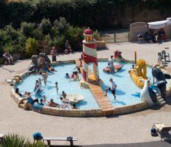 Bassin d'eau pour enfant au parc d'attraction en Bretagne